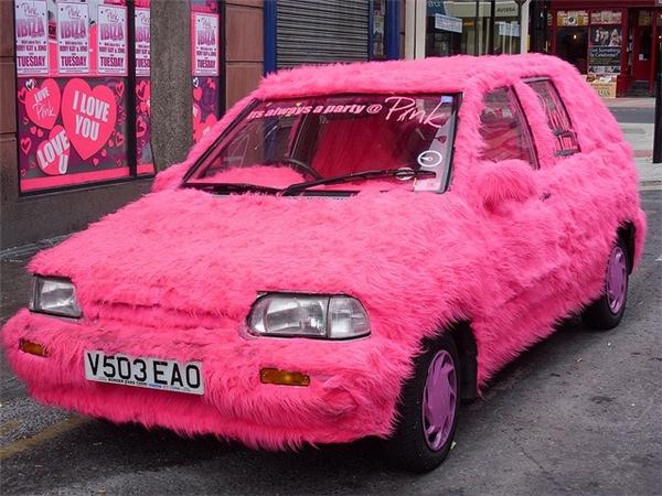 Rất cá tính, chiếc xe hoàn toàn được phủ một màu hồng mạnh mẽ.