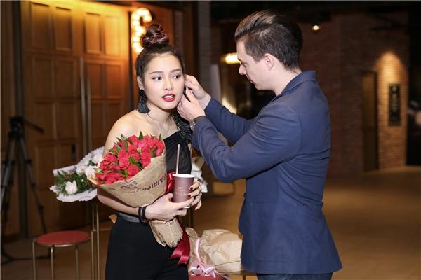 Đến với buổi họp fan này, Phương Trinh được đích thân chàng người mẫu David Mcgee (đóng vai bạn trai cô trong MV) đưa đón. Chàng trai này liên tục chăm sóc ân cần cho Phương Trinh trước khi bước vào phòng chiếu.