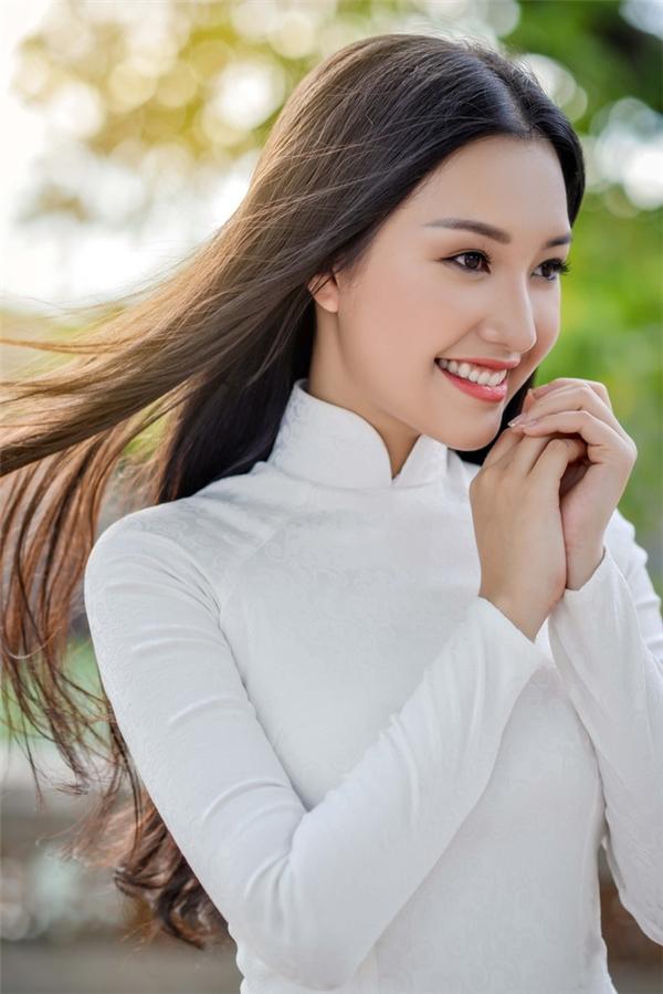 Ngọc Trânrạng rỡtrong tà áo dài trắng giản dị.