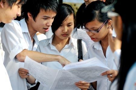 Các em học sinhđang dò kết quả sau 1 kì thi thử tại trường.