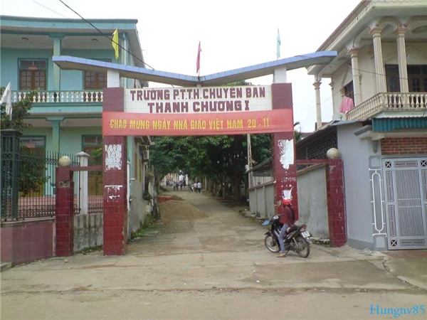Cổng dẫn vào trường THPT Thanh Chương 1.