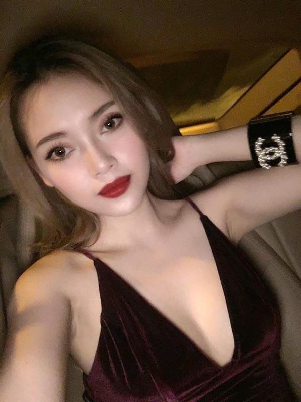 Người yêu Lê Hiếu có tên là Linh Nhi. Cô sinh năm 1995 và sở hữu ngoại hình không thua kém mĩnhân nào của làng giải trí Việt. Cặp đôi chính thức công khai mối quan hệ tình cảm từ giữa năm 2014.