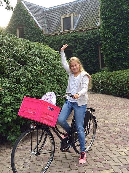 Công chúa xứ Orange Catharina-Amalia, con gái trưởng của đương kiêm hoàng đế Hà Lan vô cùng chững chạc tự mình đạo xe đến trường vào đầu năm 2015.