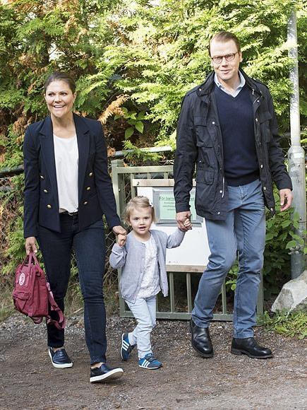 Tiểu công chúa Estelle vui vẻ nắm tay bố mẹ, công chúa Victoria và hoàng thân Daniel trong ngày đầu tiên đi học vào năm 2014.
