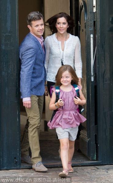 Công chúa Isabella rời khỏi Cung điện Amalienborg trong ngày đầu tiên đi học tại Copenhagen, Đan Mạch, vào ngày 13/8/2013.