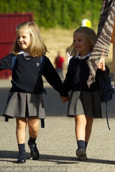 Công chúa nhỏSofia vui vẻ cùng nắm tay công chúa Leonortới trường Santa Maria de los Rosales ở Madrid, Tây Ban Nha, vào ngày 15/9/2010.
