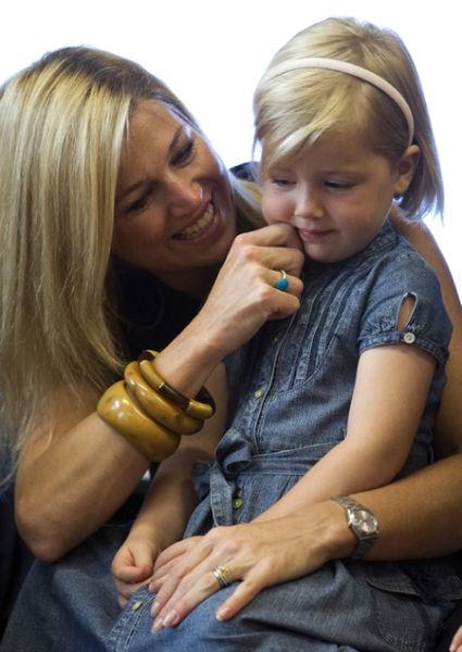 Công chúa nhỏ Alexia, con gái của công chúa Hà Lan Maxima chào tạm biệt mẹ trong đầu tiên đi học tại trường Openbare Bloemcamp ở Wassenaar, ngày 29/6/2009.