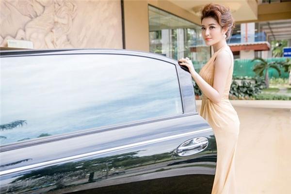 Ở tuổi 21, Huyền My đã sớm sở hữu nhà đẹp, xe sang cùng những trang phục, phụ kiện hàng hiệu đắt tiền. Được biết, chiếc xe Á hậu 1 Hoa hậu Việt Nam đang sử dụng có giá trị gần 4 tỉ đồng. - Tin sao Viet - Tin tuc sao Viet - Scandal sao Viet - Tin tuc cua Sao - Tin cua Sao