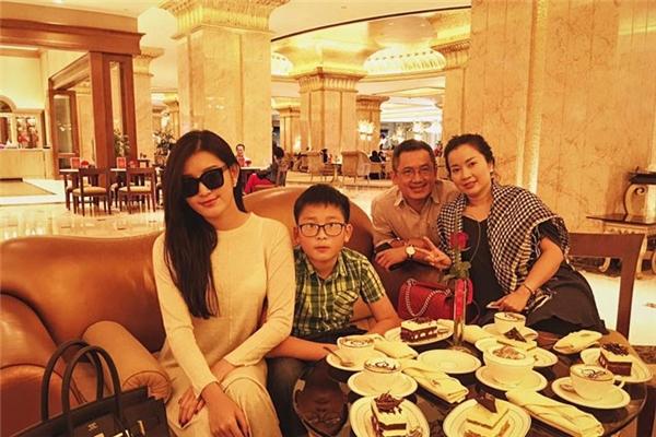 Trong ảnh là khoảnh khắc gia đình Huyền My đang tận hưởng kì nghỉ thú vị tại Dubai. - Tin sao Viet - Tin tuc sao Viet - Scandal sao Viet - Tin tuc cua Sao - Tin cua Sao