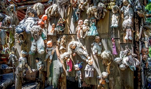 Những con búp bê này vốn đã mang trên mình hình dáng quái dị đến kinh người.