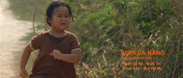 Nhạc phim trong MV Mưa và Nắngđược trình bày bởi bé Bùi Hà My - giọng ca nhí từng gây xúc động qua ca khúcMẹ Ơi Đừng Bỏ Con ở phim Bệnh Viện Ma.
