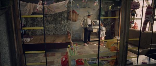 Bé Nắng và mẹ Mưa luôn dành được sự đùm bọc che chở của ông Ba (Hoài Linh) bằng những tô hủ tíu cứu đói vào những ngày không đủ tiền sống.