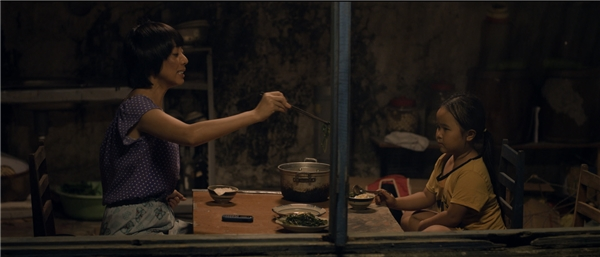 Hàng ngày, hai mẹ con nương tựa nhau trong một căn nhà hoang, sống qua ngày bằng việc bán vé số và lượm ve chai.
