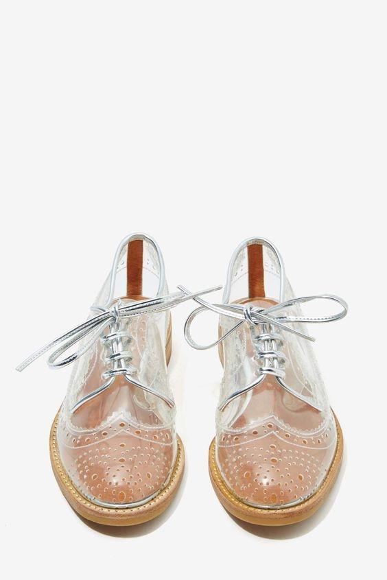 Đến những đôi giày buộc dây năng động cũng không thể bỏ qua xu hướng lạ mắt này.