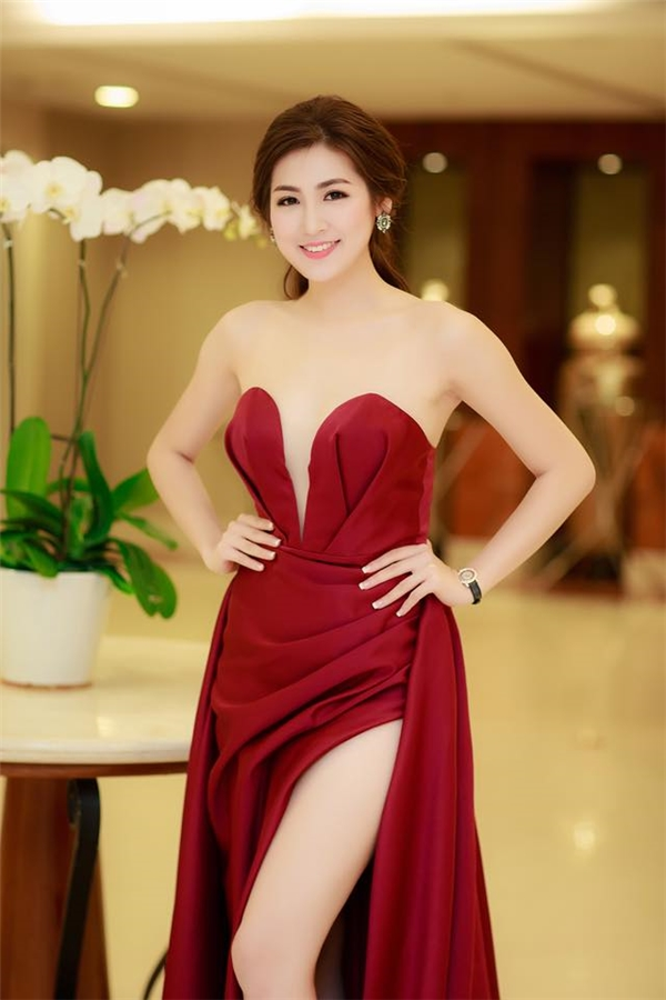 Bên cạnh sắc đỏ rượu sang trọng, thu hút, bộ váy của Á hậu Tú Anh còn khiến người xem khó thể rời mắt với những đường sẻ sâu hút ở ngực, chân váy. Lê Thanh Hòa sử dụng kĩ thuật xếp vải tạo phom mang đến những đường nét nhẹ nhàng nhưng vô cùng tinh tế.