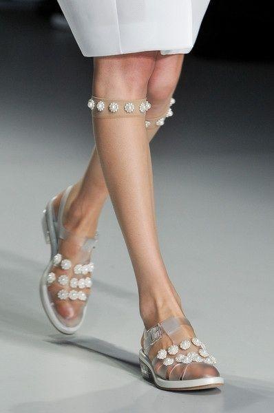 Ăn theo xu hướng giày trong suốt chínhlà những đôi giày bệt jelly gọn nhẹ.