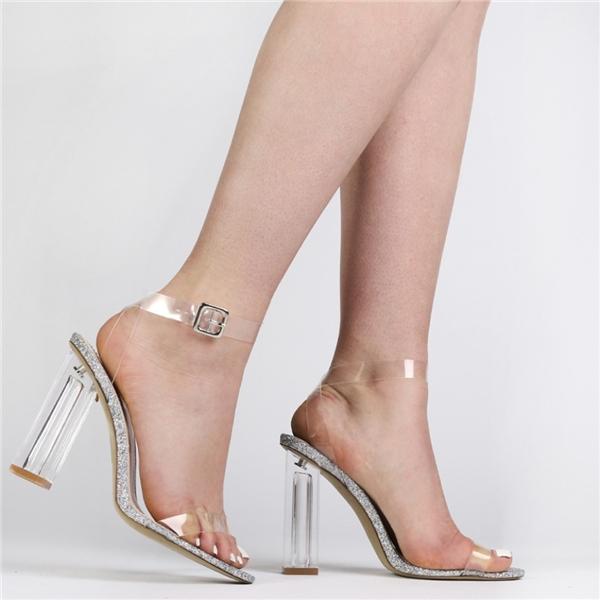 Giày cao gót xuyên thấu có phần đế được viền lấp lánh sẽ khiến bạn vô cùng nổi bật mỗi khi xuống phố.