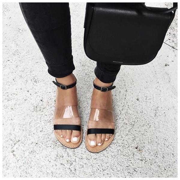 Hè này tất nhiên không thể bỏ qua những kiểugiày sandal tiện lợi như thế này được.