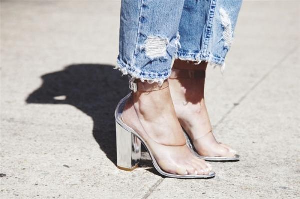 Giày gót vuông kết hợpvớikhóa kéo sandal tuy đơn giản nhưng cũngđủ làm mê mẩn những người đang ngắm nhìn.