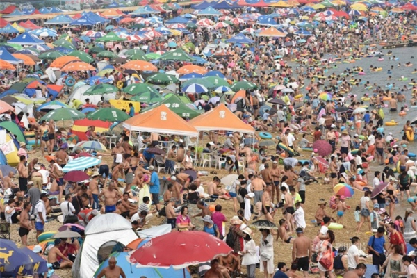 Người dân thành phố Đại Liên, tỉnh Liêu Ninh,ra bãi biển tắm mát.