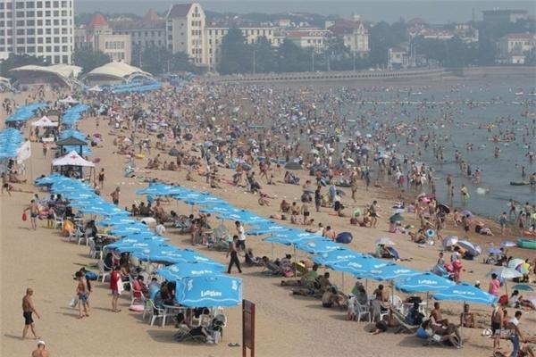 Bãi biển thành phố Thanh Đảo, tỉnh Sơn Đôngchật kín người đếntắm biển.