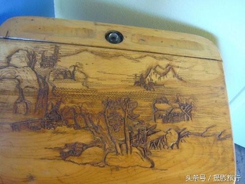 Cho đến những bức tranh phong cảnh đầy ấn tượng ngay trên mặt bàn học của mình.
