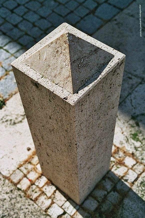 Bạn có nhìn thấy trên đỉnh thanh gỗ có một kim tự tháp không? Hay đó chỉ là một lỗ hõm?
