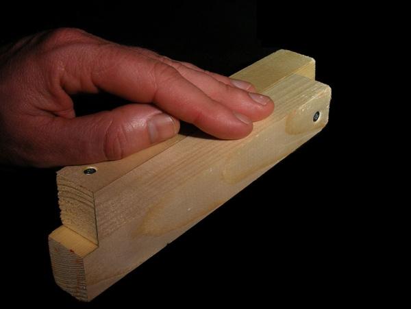 Rốt cuộc hai thanh gỗ nằm chồng lên nhau hay là nằm cạnh bên nhau?