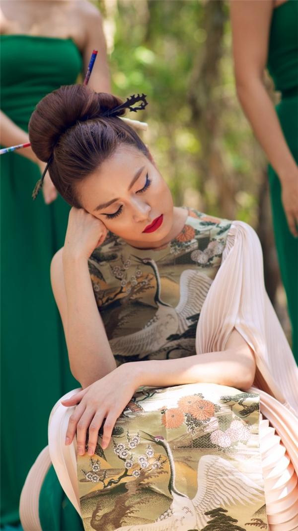 Nữ ca sĩ tranh thủ chợp mắt trong lúc chờ thay đổi bối cảnh. - Tin sao Viet - Tin tuc sao Viet - Scandal sao Viet - Tin tuc cua Sao - Tin cua Sao