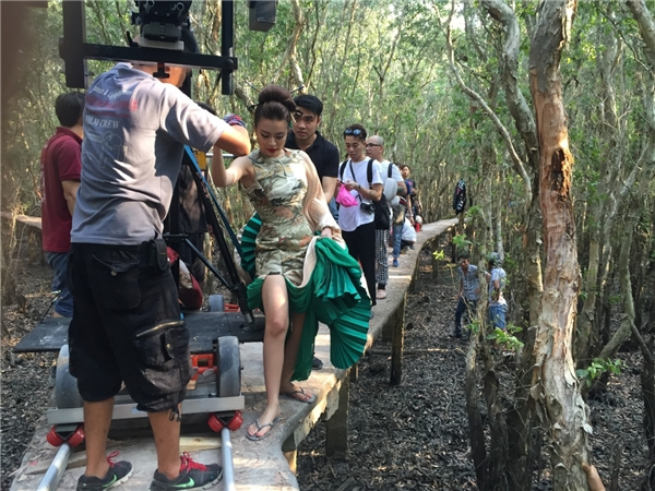 Đây cũng là một niềm vui nhỏ của Hoàng Thuỳ Linh khi đã góp một chút cố gắng của mình trong việc quảng bá hình ảnh Việt Nam đến khách du lịch thế giới. - Tin sao Viet - Tin tuc sao Viet - Scandal sao Viet - Tin tuc cua Sao - Tin cua Sao