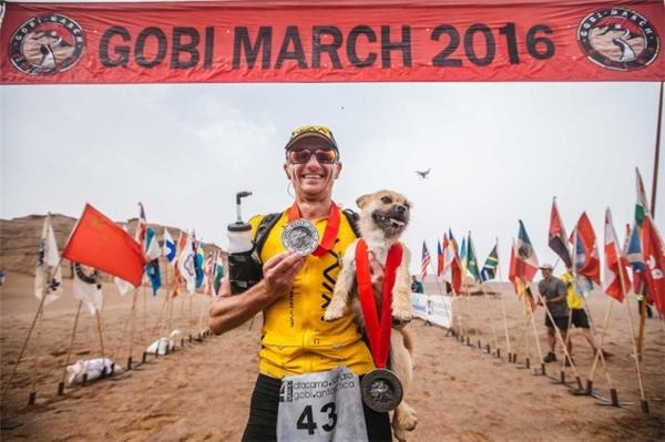 Dion và Gobichạy cạnh nhau vào ngày cuối cùngvà hoàn thành chặng đua cũng như được nhận huy chươngnhư một đội marathon đích thực.