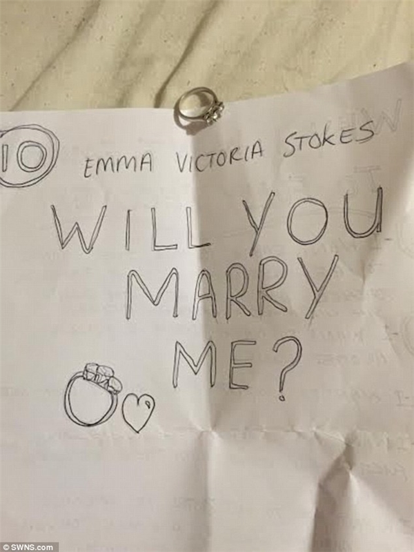 """Và Emma không ngờ điều thứ 10 trong """"bản yêu sách"""" dễ thương này lại là một lời cầu hôn.(Ảnh: DailyMail)"""