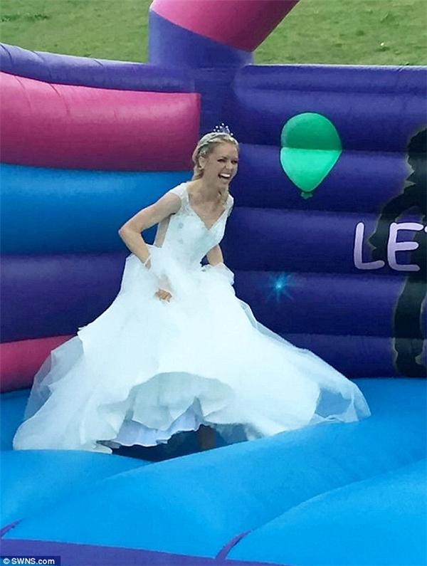 Emma thậm chí còn đủ sức để nhảy tưng bừng trong lễ cưới của mình.(Ảnh: DailyMail)