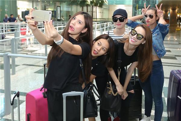 Hôm qua, Hồ Ngọc Hà và 4 cô học trò cưng đã có mặt tại Singapore để bắt đầu vào lịch trình làm việc dày đặc.