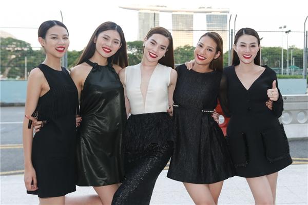 Ngày đầu tiên, cả team Hồ Ngọc Hà chụp một bộ ảnh thời trang với trang phục của nhà thiết kế Nguyễn Công Trí tại bảo tàng National Gallery của Singapore với không gian nghệ thuật, mang tính biểu tượng.