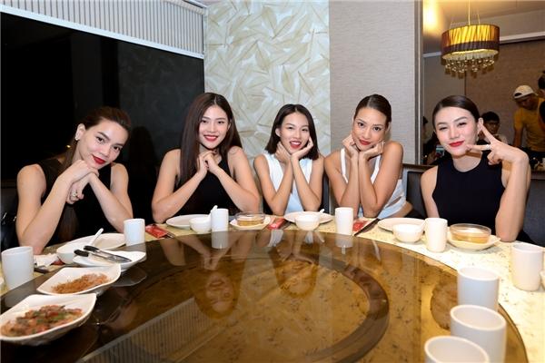 Sau buổi tác nghiệp, đại diện Tổng cục Du lịch Singapore đã chiêu đãi cả đoàn một buổi tiệc tối ấm cúng với những món ăn mang đậm truyền thống của đảo quốc sư tử.