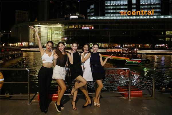 Thầy trò Hồ Ngọc Hà nhí nhảnh trên đường phố Singapore