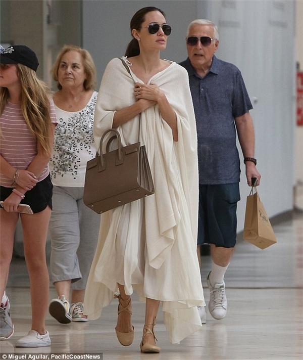 Angelina Jolie trông khá mệt mỏi vì cô vừa hoàn thành quayở Campuchia. - Tin sao Viet - Tin tuc sao Viet - Scandal sao Viet - Tin tuc cua Sao - Tin cua Sao