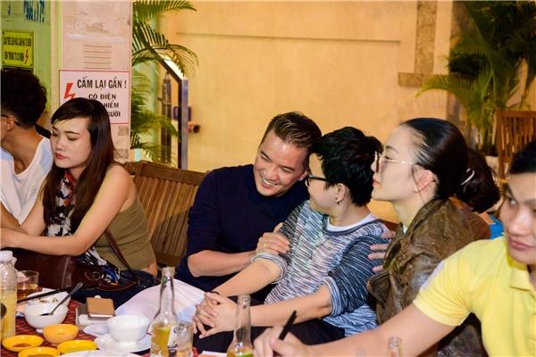 Tại đây, anh đã tình cờ gặp nhạc sĩPhương Uyên và Thiều Bảo Trang cũng đến ăn tối tại đây. - Tin sao Viet - Tin tuc sao Viet - Scandal sao Viet - Tin tuc cua Sao - Tin cua Sao