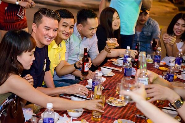 Sau buổi ráp ban nhạc, Mr Đàm dẫn cả đội đi ăn tối tại một quán vỉa hè quen thuộc. - Tin sao Viet - Tin tuc sao Viet - Scandal sao Viet - Tin tuc cua Sao - Tin cua Sao