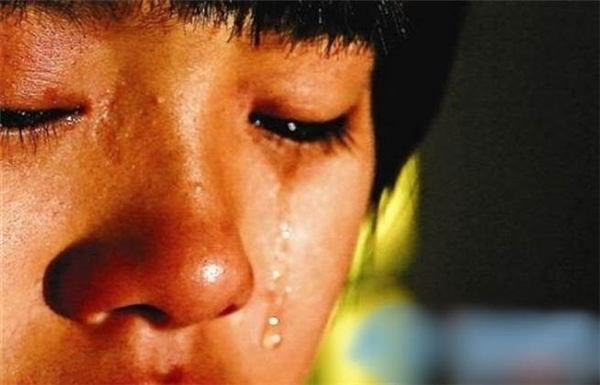 Thường xuyên bị bạn bè trêu chọc vàbắt nạt, Nana không còn muốn đi học nữa và thường xuyên bỏ nhà ra đi.