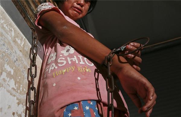 Để ngăn Nana bỏ trốn, bà của Nana đã dùng dây xích khóa cô bé lại trong nhà.