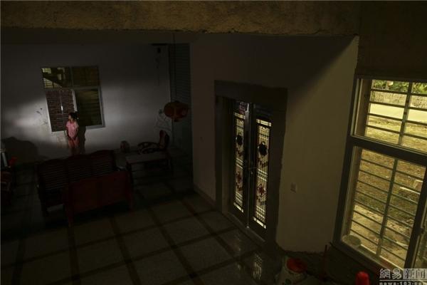 Mỗi khi bà đisẽ khóa cửa lại vàchỉ có một mình cô bétrong nhà.