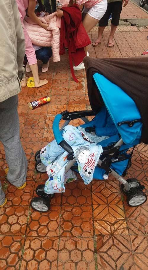 Chiếc xeđẩy bên trong có bé trai 1 tuổi được vớt lên từ hồ Xuân Hương. Ảnh: Internet