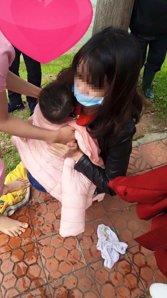 Đứa trẻ maymắn được cứu thoát. Ảnh: Internet