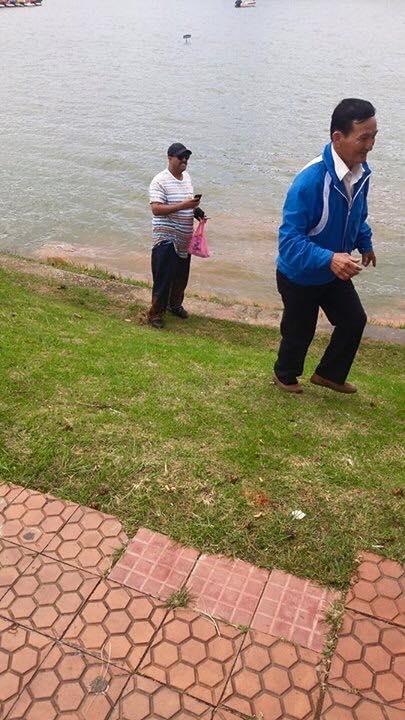 Người đàn ôngnước ngoài tốt bụng đãnhảy xuống hồ nước sâu khoảng 2 mcứu cháu bé. Ảnh: Internet