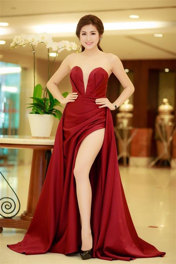 Bên cạnh sắc đỏ rượu sang trọng, thu hút, bộ váy của Á hậu Tú Anh còn khiến người xem khó thể rời mắt với những đường sẻ sâu hút ở ngực, chân váy. Lê Thanh Hòa sử dụng kĩ thuật xếp vải tạo phom mang đến những đường nét nhẹ nhàng nhưng vô cùng tinh tế. (điểm: 8,5)