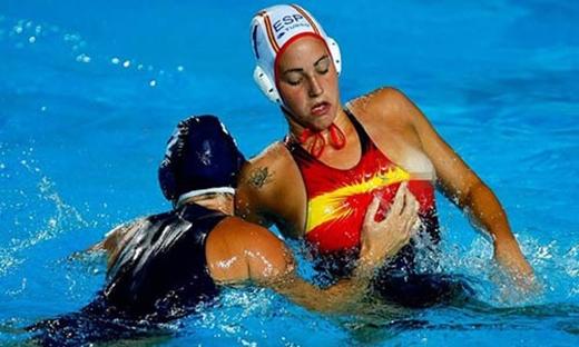 Trong một cuộc chạm trán dữ dội của hai vận động viên bóng ném dưới nước, một cầu thủ bị kéo áo để lộ cả vòng một.