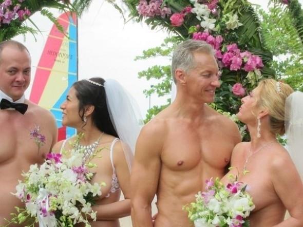 Đám cưới của các thành viên tích cực nhất hội nude vì môi trường.