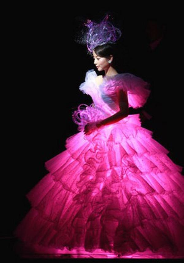 Nếu sợ không đủ nổi bật, bạn có thể thêm đèn ở trong cho chói lóa như cô dâu này đây.